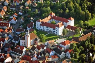 Schloss Messkirch und die Stadtkirche St. Martin von oben