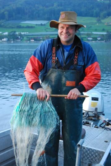 Fischer Martin Dietrich zieht frischen Fisch aus dem Bodensee