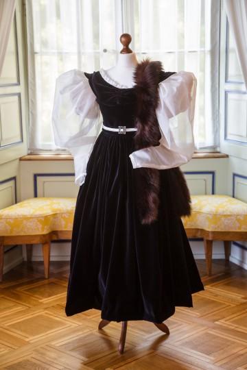Nachtblaues Kleid, gefertigt nach einem Aquarell, das Hortense im Billardzimmer zeigt.