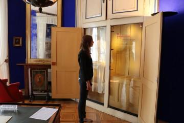 Besucherin in der Ausstellung II