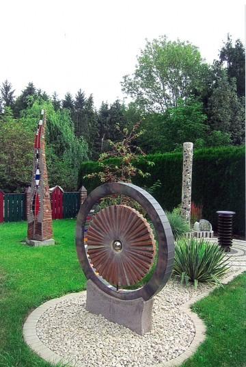 Skulpturen und Figuren im Privatgarten Haitz